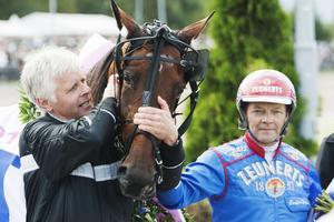 Tränaren Jerry Riordan, hästen Lisa America och kusken Torbjörn Jansson efter segern 2010.