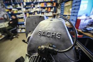 I butiken finns allt som behövs för att hotta upp en gammal moped eller snöskoter.