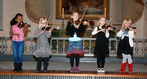 Violingruppen bestående av Power Binyam, Ella Hyttinen, Alma Åkerberg, Line Thelin och Sigrid Jonsson framförde några låtar. Suzukiäraren Alexander Petrovic ledde gruppen från sidan och eleverna höll ett noggrannt öga på honom.