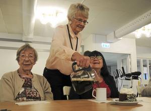 Väntjänstens ordförande Siw Geraae-Dahl serverar kaffe till Barbro Friberg, t v, och Gabrielle Schlechta vilka bägge uppskattade satsningen på ett Myscafé.