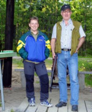 Helen Westerlund och Kaj Häggblom tränar lerduveskytte inför den kommande jakten på småvilt.