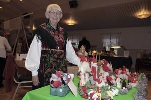 Birgit Axell säljer tomtar som hon tillverkat av överblivna tyger och annat. Rena återbruket, konstaterar hon.