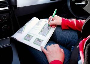 """Körhäftet där eleven kan göra uppgifter och läsa på om olika delar i bilkörningen finns med hela tiden på Hammerdals trafikskola. """"Jag jobbar mycket med den. och brukar kalla den bibeln i bilen. Den är nästan ett måste"""", säger körskolläraren Anita Löfgren."""