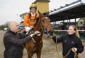Fanny Olsson på hästen Mrs Lilly Allen efter en vinst i Jägersbro.