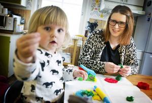 Sara Hamberg har fått besked att 2-åriga dottern Ebba som inte har beviljats en förskoleplats på Lillsjöhögens förskola.