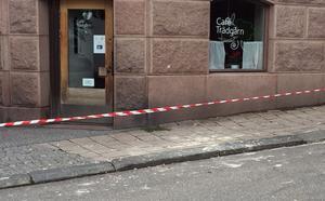 Huset på Trädgårdsgatan  i Härnösand rasar sönder och flera har larmat polisen på lördagen.