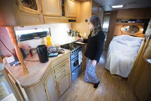 I husvagnen finns sovrum, kök och toalett. Under sängen har Kaj sitt