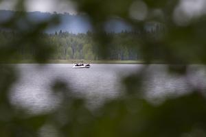 Polisen tog till nya insatser i sökandet efter personen som befarats drunknat i sjön Hennan.