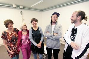 Mammor och söner gör konst ihop. Fr v Marlen Ljusberg, Britta Hedström, Anna Erlandsson, Henrik Ljusberg och Gustav Kape Lindqvist.