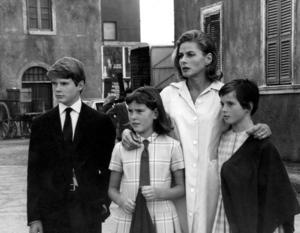 Ingrid Bergman tillsammans med sina barn Robertino Rossellini (14) och tvillingarna Isabella och Isotta Rossellini (12).
