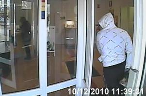 Övervakningskamerans bild av rånaren.