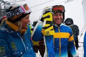 En lycklig världscupvinnare, Victor Öhling Norberg från Funäsdalen. Här tillsammans med Anna Holmlund som stod över helgens tävlingar på grund av skada.
