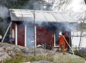 När brandmännen kom till platsen slog elden ut genom dörrar och fönster på nedsidan av den nyrenoverade stugan.