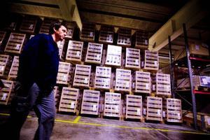 Det är bråda dagar på ACB Laminats fabrik i Skanderåsen. Personal från Brunflo har fått hoppa in under de sista veckorna och för första gången sedan i somras arbetar två skift med produktionen. Dessutom kan det bli tal om övertid om arbetsledarna ser att tiden inte kommer att räcka till.    Foto: Håkan Luthman
