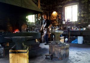 1700-talssmedjan i Strömbacka hade stått oanvänd i drygt 40 år när Fredrik Thelin fick möjlighet att dra i gång den igen.