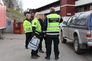 Fortfarande håller Hälsinglands vaktförening det svårt brandskadade hyreshuset i Edsbyn under uppsikt.