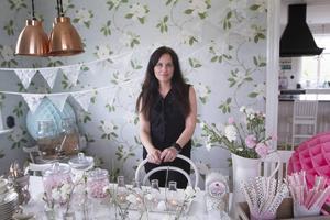 Helena Tjärnström engagerar sig i att hjälpa andra på vägen i planeringen av ett bröllop eller annan stor fest. Hon har tipsen för att lyckas med en personlig och mysig tillställning.