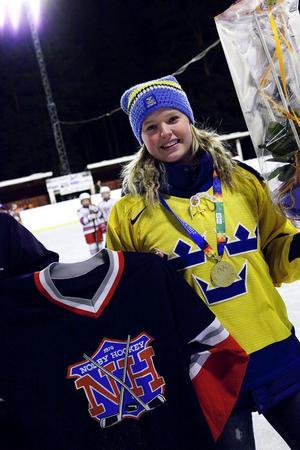 Maria Fuhrberg, som var med och tog guld i ungdoms-OS, fick en klassisk matchtröja och blommor från sin gamla klubb. Wildcatsspelaren tyckte också det är viktigt att det finns en fortsatt levande hockeykultur utomhus,