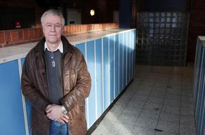 Pär Lindberg gick offentligt ut och kritiserade sin arbetsgivare John Bauer-gymnasiet. Belöningen blev att han förlorade jobbet samtidigt som många arbetskamrater vände sig emot honom. Men han berättar att han även fått ett kraftigt stöd från många kollegor och Sundsvallsbor.
