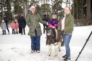 På ponnyn sitter 2-åriga Aurora Borgman. Till vänster i bild mamma Sandra Lundholm och från Gävle ponnyklubb Martina Karlsson.