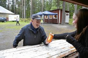 Vinnare. Karl-Erik Lundström vann en vattenflaska, överräckt av Tilda Sörman.