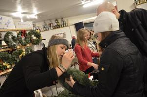 Visar kransar. Julia Ekros saluförde missionsförsamlingens egentillverkade julkransar på julmarknaden i Frövifors.