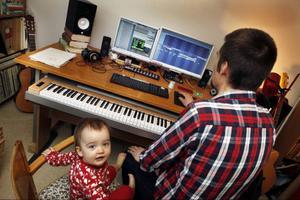 En dator, ett  par skärmar och ett elektroniskt piano, det är vad Tobias Ekendahl behöver för att skapa musik som låter som att en hel orkester spelar. Dottern Maja får vara med när musiken skapas.