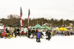 Mycket folk och flera utställare, framför allt många skotrar att provköra. På Lofssjöns is nedanför campingen i Lofsdalen.