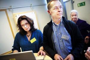 Smittskyddsläkaren Micael Widerström berättar att hälsoundersökningarna för flyktingar är frivilliga och att det finns risker med att flyktingbarn kan vara smittbärare av exempelvis tuberkulos och hepatit. I bakgrunden projektledaren Elisabeth Lindholm.