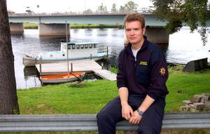 Räddningsledaren Johan Szymanski är glad åt att han kunde rädda kvinnan som höll på att drunkna under bryggan.