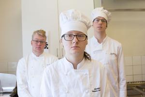 Lukas Krafft, Rebecka Andersson och Anton Lundell är elever på hotell- och restaurangprogrammet på Brinellskolan. I UF-företaget Matshoppen jobbar de med att göra lunchlådor till 30 lärare en dag i veckan.