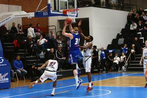 Mike Bruesewitz hade en riktigt bra premiärmatch i nya sporthallen men Jämtland Basket fick se sig besegrade av Luleå.