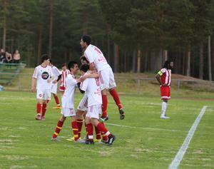 Jubel i Sveg efter Meysam Hosseinis 3-0 mål.