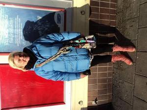 Morgonhumöret styr. Ylva Erdesjö tycker om hippiestil, fast utan de där bruna, orangea och gröna 70-talsfärgerna. Hennes jacka är från Team Sportia. Byxorna, stövlarna och väskan är alla inhandlade i London. Halsduken är från Gina Tricot och skjortan från Classic,  hennes nya favoritbutik.