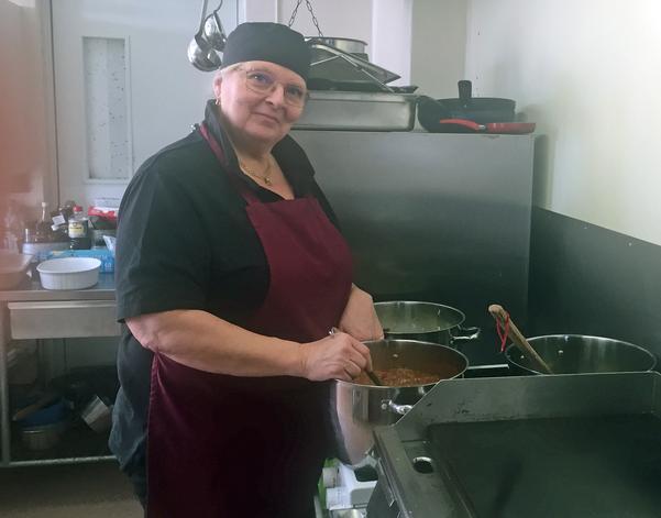 Lotta Myhr är övertygad om att det ska gå att hålla igång restaurangen på Folkets hus i Ytterhogdal.