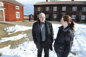 Stefan Permickels, ordförande i Erik och Marta Perssons minnesstiftelse, tillsammans med Helena Modig.
