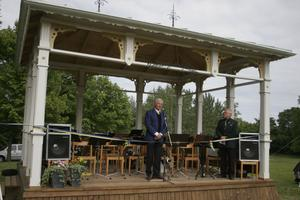 Jussi Björlings son Lars invigde Björlingpaviljongen. Kjell Flodin i föreningen Strömfacklan, som har drivit projektet, var glad denna dag. För den musikaliska inramningen stod Ströms Bruksorkester och Nordanstigs manskör.