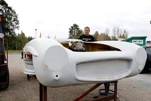 """Här är karossen som ska monteras på ramen. Den är gjuten i glasfiber. Björn Zetterman hoppas ha bygget klart inom två år. """"Men jag har byggt bilar åt mig själv förut och är beredd på att det lika gärna kan ta fyra år"""", säger han."""