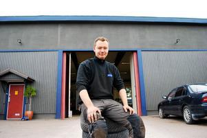 Sitter säkert. Glenn Brus tror på sin affärsidé om att erbjuda service som kunderna efterfrågar.