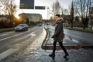 Mittmedias mediesäljare Eva Eriksson på väg ut på ännu ett kundbesök.