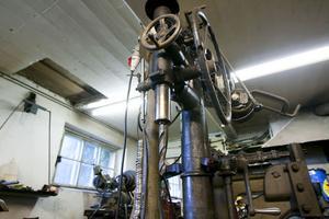 En pelarborrmaskin, som än i dag fungerar, från bröderna Westmans verkstad. Den köptes på 50-talet av smeden Tore Nilsson i Glimsta, Hög.