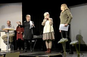 Övar. Gunilla Pihlblad, Ingalill Ekström och Anneli Brånsgård i repettionstagen. I bakgrunde Gill Kullberg och Gunnar Öqvist. Foto: Jan Wijk