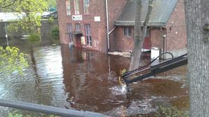 Vattnet sträckte sig upp till fönstrena på Qlturhuset, som tur var höll dörren och väggarna emot.