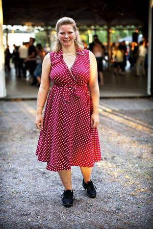 Marie Molin från Skutskär var en av de första upp på dansgolvet. Hon gillar både Larz-Kristerz och Black Jack, som också spelar under kvällen.