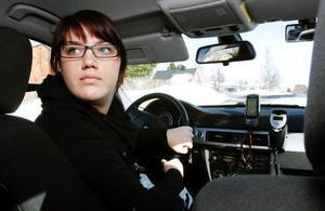Karin Blom under en körlektion på Hammerdals trafikskola i Strömsund där läraren Anita Löfgren lade extra fokus på backning i korsning och runt hörn.