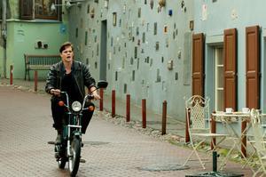 """Snyggt. Bill Skarsgård spelar en av huvudrollerna i """"Kronjuvelerna"""", som utspelar sig i en miljö som är både idylliskt 50-tal och obönhörligt nu."""
