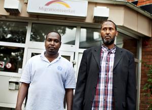 """Tänker på sin familj. Ahmed Ali Yasin väntar på utvisning till Italien dit han först kom efter att ha flytt från Somalia 2009: """"Jag sover inte på hela natten. Jag tänker på min familj som är kvar där"""". Abdullahi Roble har bott i Gävle i sex år men har fortfarande anhöriga i Somalia: """"De bor i skogen bland djur. De väntar på regn men det kommer inte så djuren dör""""."""