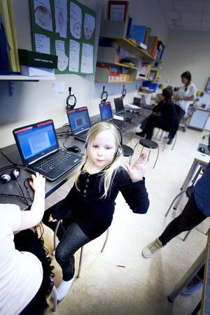 Förstaklassarna får skriva sina texter på egen hand. Lärarna finns med som stöd när det behövs. Paulina Johansson tycker det är skönt att skriva på dator.
