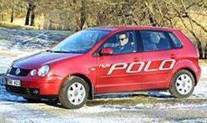 Har växt. Volkswagen Polo har blivit 15 centimeter längre än föregångaren, vilket mest märks i baksätet. Fronten med sina dubbla strålkastare påminner om lillasyster Lupo.