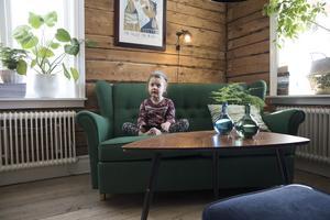 Majken tycker om att hänga i den gröna second hand soffan som står i familjens salong.